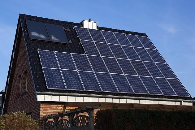 Casă panouri fotovoltaice