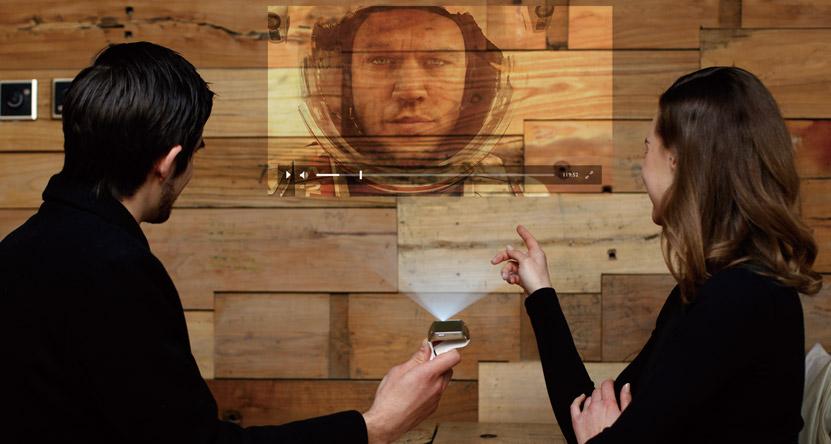 A apărut primul smartwatch cu videoproiector încorporat şi ...