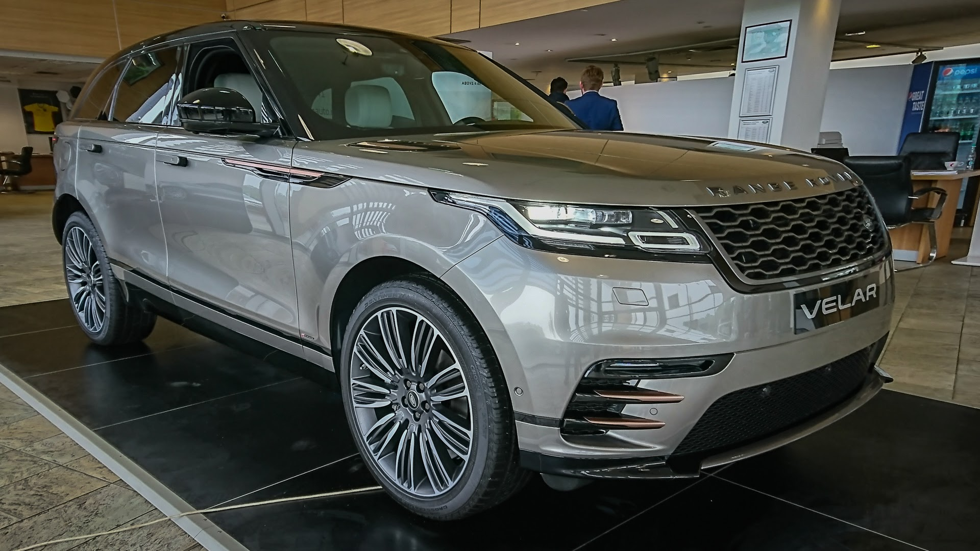 range rover velar detalii de la prezentarea na ional unde i c nd l pute i vedea gadget. Black Bedroom Furniture Sets. Home Design Ideas