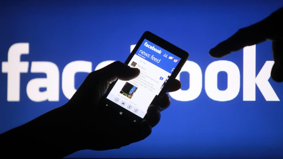 Facebook ne anunţă că utilizatorii din România vor vedea mai puţine titluri de tip clickbait