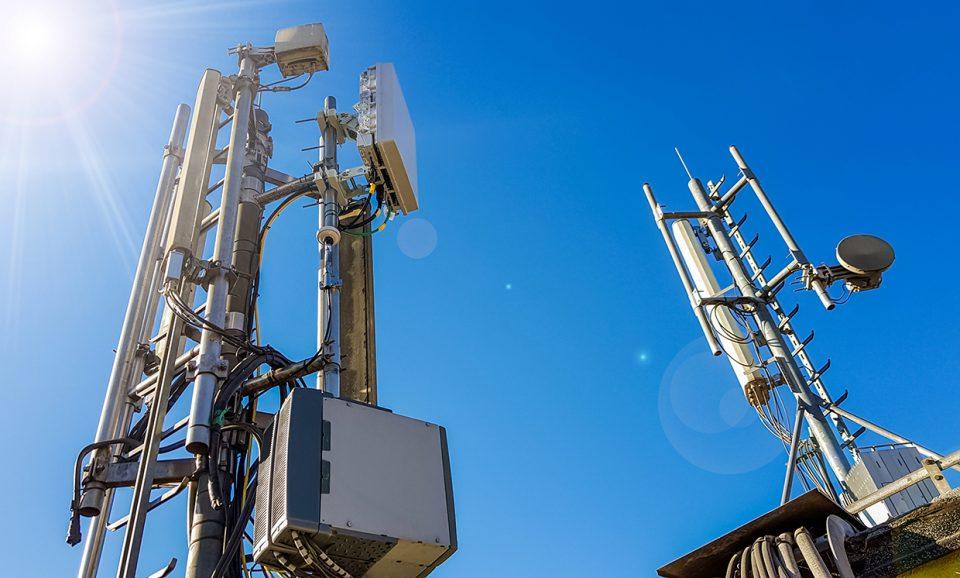 Britanicii incendiază antenele 5G deoarece fake news-urile i-au convins că tehnologia 5G stă la baza pandemiei COVID-19