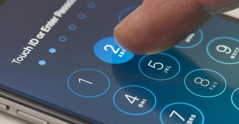 Utilizatorii de iPhone şi iPad vor fi avertizaţi când folosesc parole uşor de spart